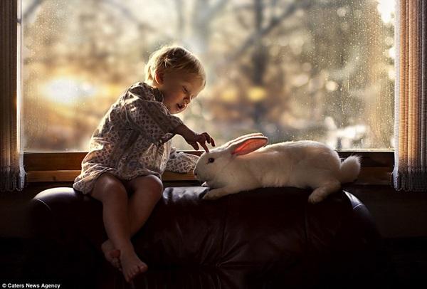 Bộ ảnh tuyệt đẹp của 2 cậu bé bên những loài động vật dễ thương 12