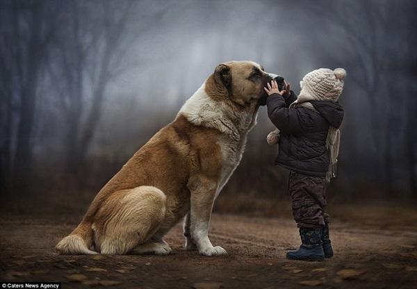 Bộ ảnh tuyệt đẹp của 2 cậu bé bên những loài động vật dễ thương 3