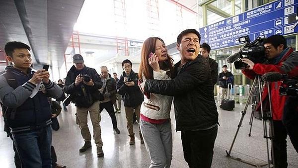 Người thân khóc ròng, vật vã ngóng tin vụ máy bay Malaysia rơi 10