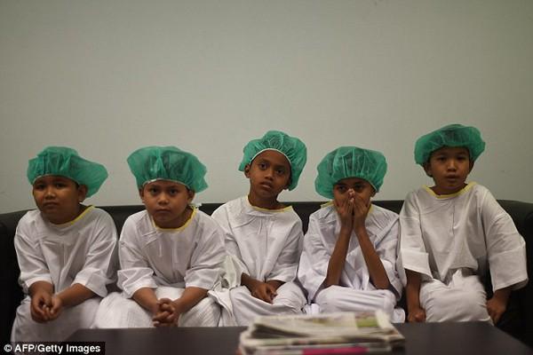 Hơn 100 thiếu niên Malaysia tham gia nghi lễ cắt bao quy đầu truyền thống 1