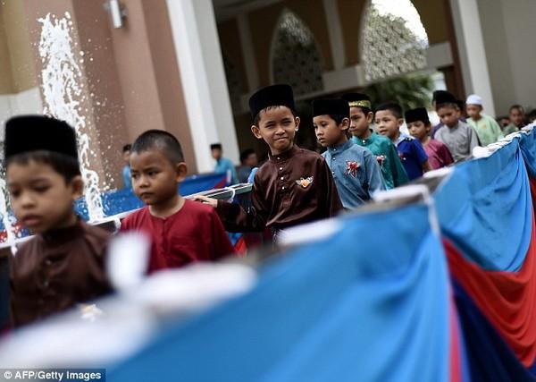 Hơn 100 thiếu niên Malaysia tham gia nghi lễ cắt bao quy đầu truyền thống 2