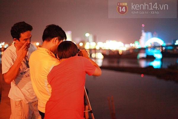 Đà Nẵng: Hàng ngàn người dân kéo nhau đi xem cầu Rồng phun lửa 3