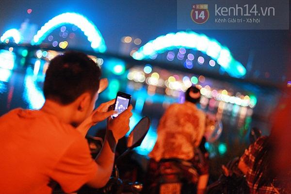 Đà Nẵng: Hàng ngàn người dân kéo nhau đi xem cầu Rồng phun lửa 2