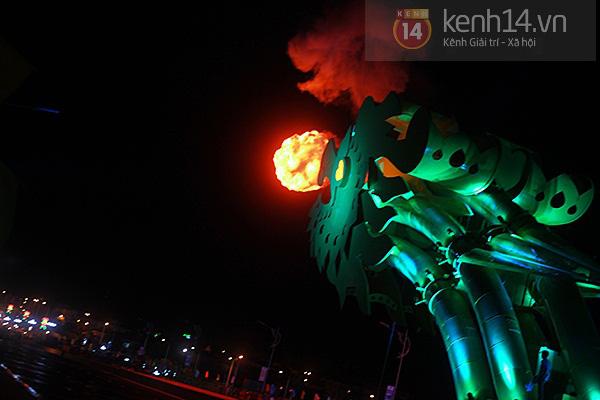 Đà Nẵng: Hàng ngàn người dân kéo nhau đi xem cầu Rồng phun lửa 8