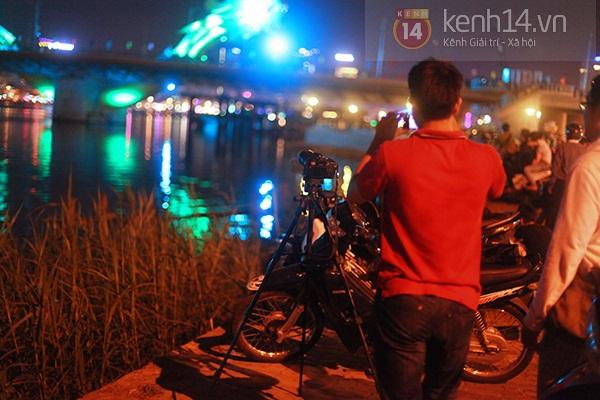 Đà Nẵng: Hàng ngàn người dân kéo nhau đi xem cầu Rồng phun lửa 10