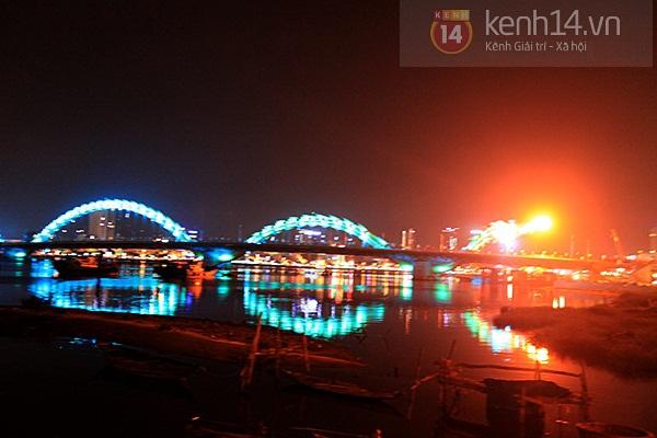 Đà Nẵng: Hàng ngàn người dân kéo nhau đi xem cầu Rồng phun lửa 9