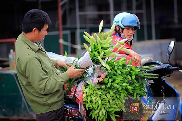 Tháng 4, hoa loa kèn trắng lại rong ruổi khắp phố Hà Nội 4