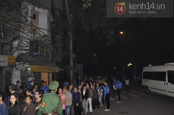 Hết giờ Lễ viếng Quốc tang, nhiều người dân vẫn xếp hàng vào viếng Đại tướng 139