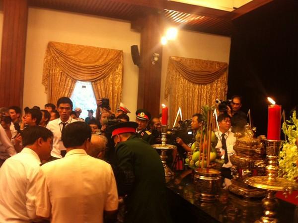 Hết giờ Lễ viếng Quốc tang, nhiều người dân vẫn xếp hàng vào viếng Đại tướng 142