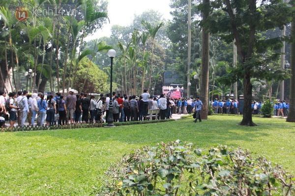 Hết giờ Lễ viếng Quốc tang, nhiều người dân vẫn xếp hàng vào viếng Đại tướng 76