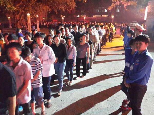 Hết giờ Lễ viếng Quốc tang, nhiều người dân vẫn xếp hàng vào viếng Đại tướng 136