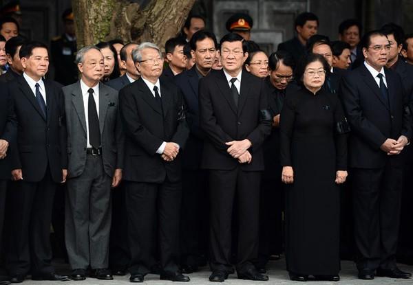 Hết giờ Lễ viếng Quốc tang, nhiều người dân vẫn xếp hàng vào viếng Đại tướng 17