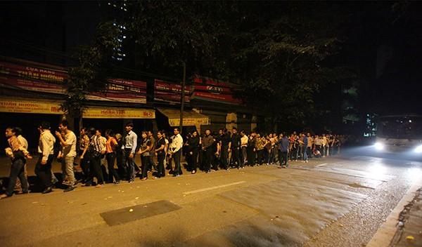 Hết giờ Lễ viếng Quốc tang, nhiều người dân vẫn xếp hàng vào viếng Đại tướng 135