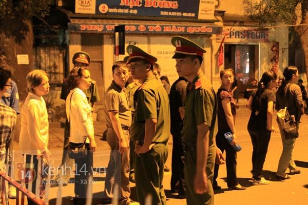 Hết giờ Lễ viếng Quốc tang, nhiều người dân vẫn xếp hàng vào viếng Đại tướng 132