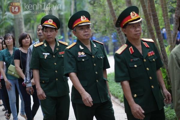 Hết giờ Lễ viếng Quốc tang, nhiều người dân vẫn xếp hàng vào viếng Đại tướng 90