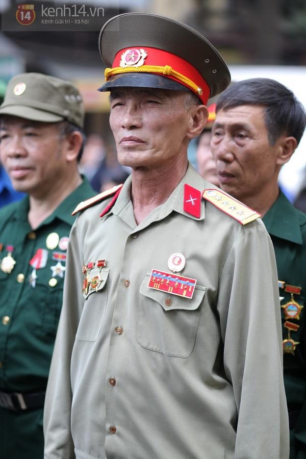 Hết giờ Lễ viếng Quốc tang, nhiều người dân vẫn xếp hàng vào viếng Đại tướng 92