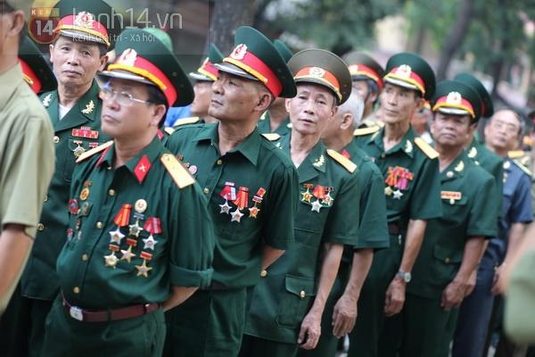 Hết giờ Lễ viếng Quốc tang, nhiều người dân vẫn xếp hàng vào viếng Đại tướng 93