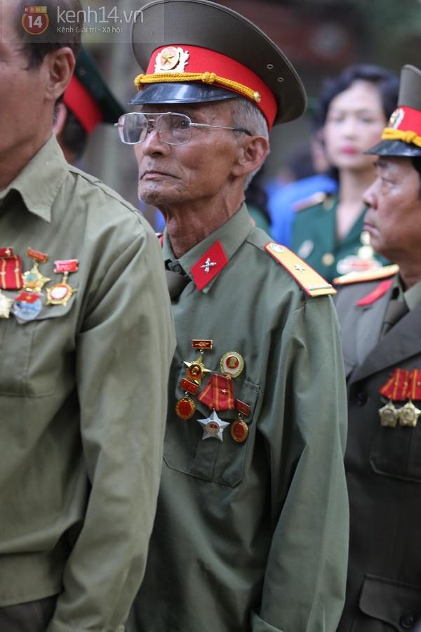 Hết giờ Lễ viếng Quốc tang, nhiều người dân vẫn xếp hàng vào viếng Đại tướng 96