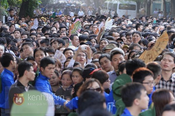 Hết giờ Lễ viếng Quốc tang, nhiều người dân vẫn xếp hàng vào viếng Đại tướng 118