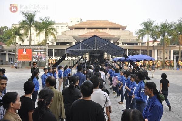 Hết giờ Lễ viếng Quốc tang, nhiều người dân vẫn xếp hàng vào viếng Đại tướng 124