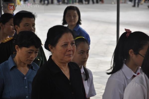 Hết giờ Lễ viếng Quốc tang, nhiều người dân vẫn xếp hàng vào viếng Đại tướng 126