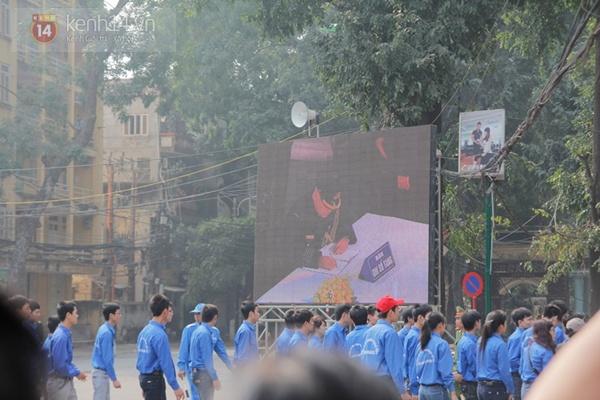 Hết giờ Lễ viếng Quốc tang, nhiều người dân vẫn xếp hàng vào viếng Đại tướng 37
