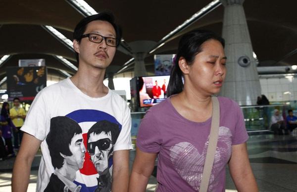Người thân khóc ròng, vật vã ngóng tin vụ máy bay Malaysia rơi 11