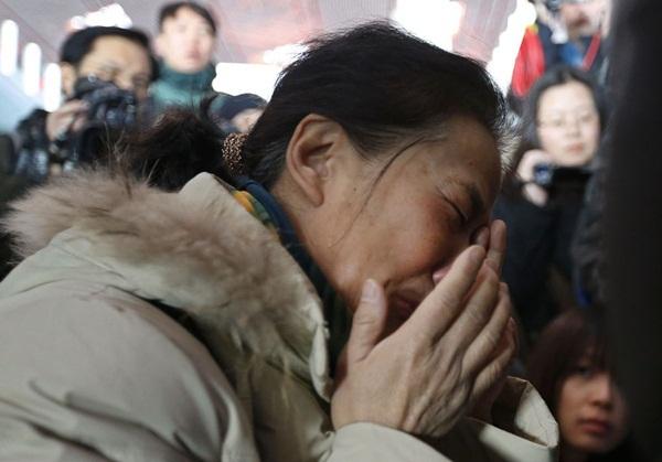 Người thân khóc ròng, vật vã ngóng tin vụ máy bay Malaysia rơi 13