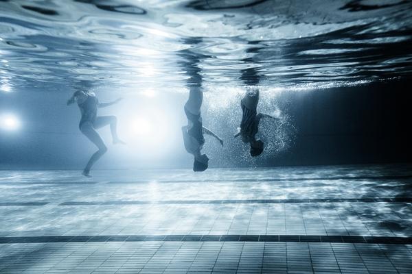 """Xem """"người xếp hình"""" dưới bể bơi trong chùm ảnh dưới nước 4"""