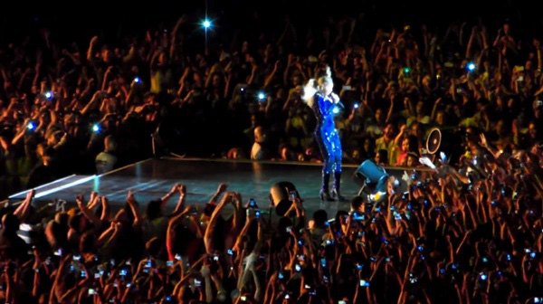 Beyoncé bị fan cuồng kéo bật ngửa trên sân khấu 2