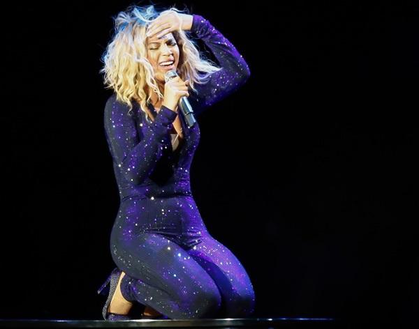 Beyoncé bị fan cuồng kéo bật ngửa trên sân khấu 1