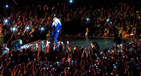 Beyoncé bị fan cuồng kéo bật ngửa trên sân khấu 3