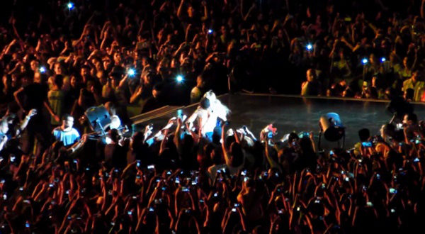 Beyoncé bị fan cuồng kéo bật ngửa trên sân khấu 4
