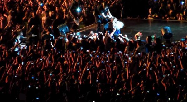 Beyoncé bị fan cuồng kéo bật ngửa trên sân khấu 6