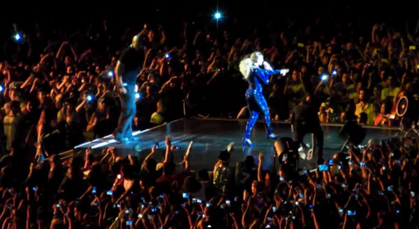 Beyoncé bị fan cuồng kéo bật ngửa trên sân khấu 7