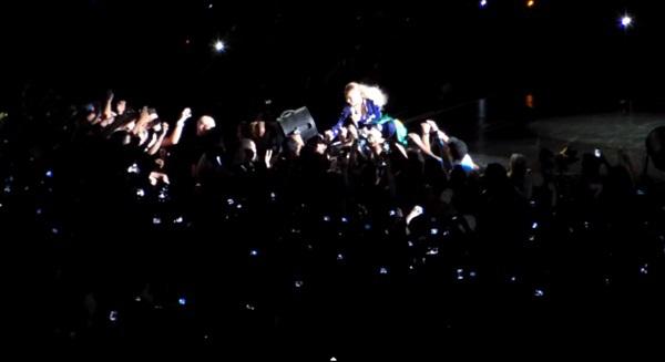 Beyoncé bị fan cuồng kéo bật ngửa trên sân khấu 8