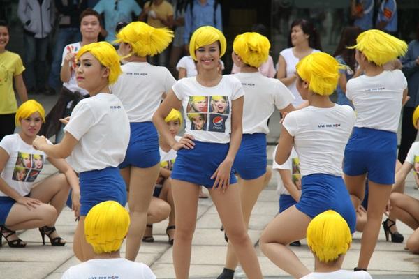 """""""50 cô nàng Beyoncé"""" làm náo động một góc Sài Gòn 2"""