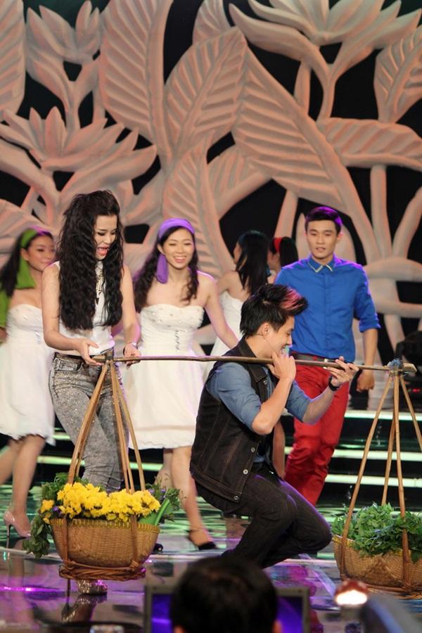 Ngô Kiến Huy chăm sóc cho Đông Nhi ngày tái hợp 6