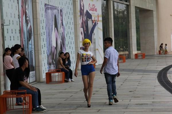 Đông Nhi tóc vàng rực nhảy Hit của Beyoncé ngay giữa đường phố 1