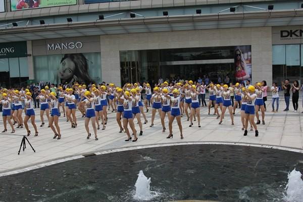 Đông Nhi tóc vàng rực nhảy Hit của Beyoncé ngay giữa đường phố 8