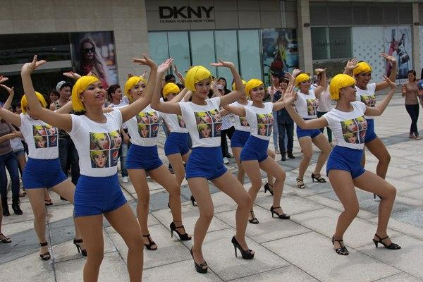Đông Nhi tóc vàng rực nhảy Hit của Beyoncé ngay giữa đường phố 6