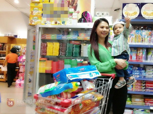 Bé Jacky tung tăng đi mua sắm Tết cùng mẹ Thanh Thảo 9