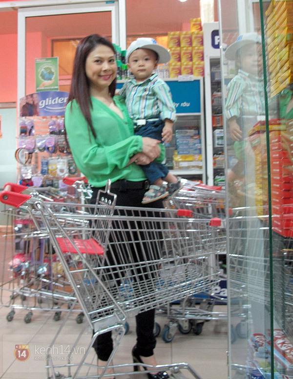 Bé Jacky tung tăng đi mua sắm Tết cùng mẹ Thanh Thảo 2
