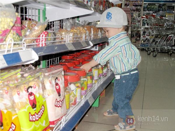 Bé Jacky tung tăng đi mua sắm Tết cùng mẹ Thanh Thảo 4