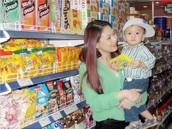 Bé Jacky tung tăng đi mua sắm Tết cùng mẹ Thanh Thảo 5