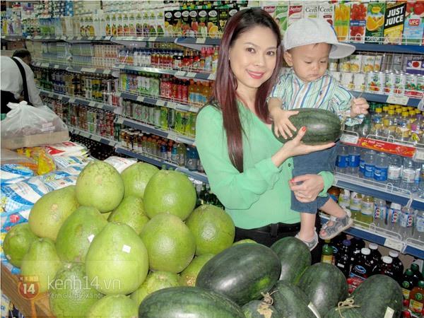 Bé Jacky tung tăng đi mua sắm Tết cùng mẹ Thanh Thảo 6