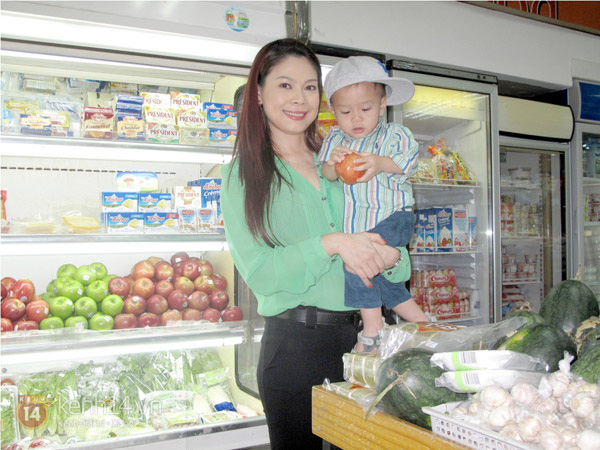 Bé Jacky tung tăng đi mua sắm Tết cùng mẹ Thanh Thảo 7
