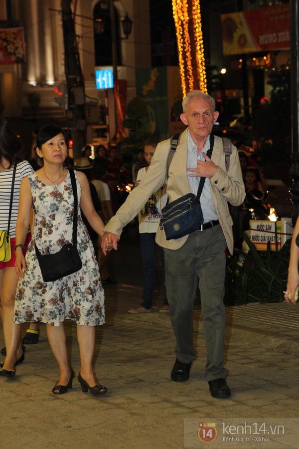 Các cặp đôi nô nức ra đường ngày Valentine 5