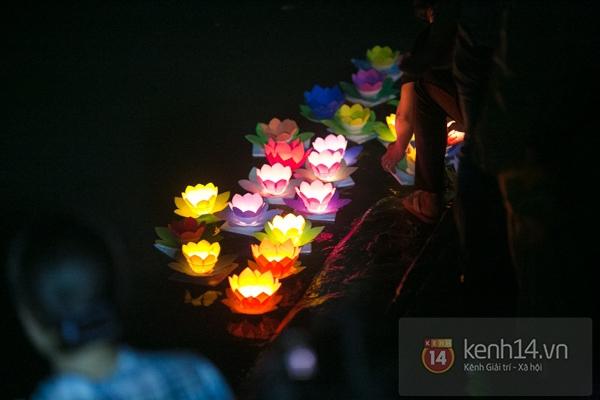 Rực rỡ lễ hội hoa đăng trong lòng Sài Gòn 9
