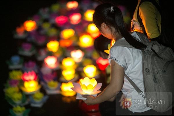 Rực rỡ lễ hội hoa đăng trong lòng Sài Gòn 12